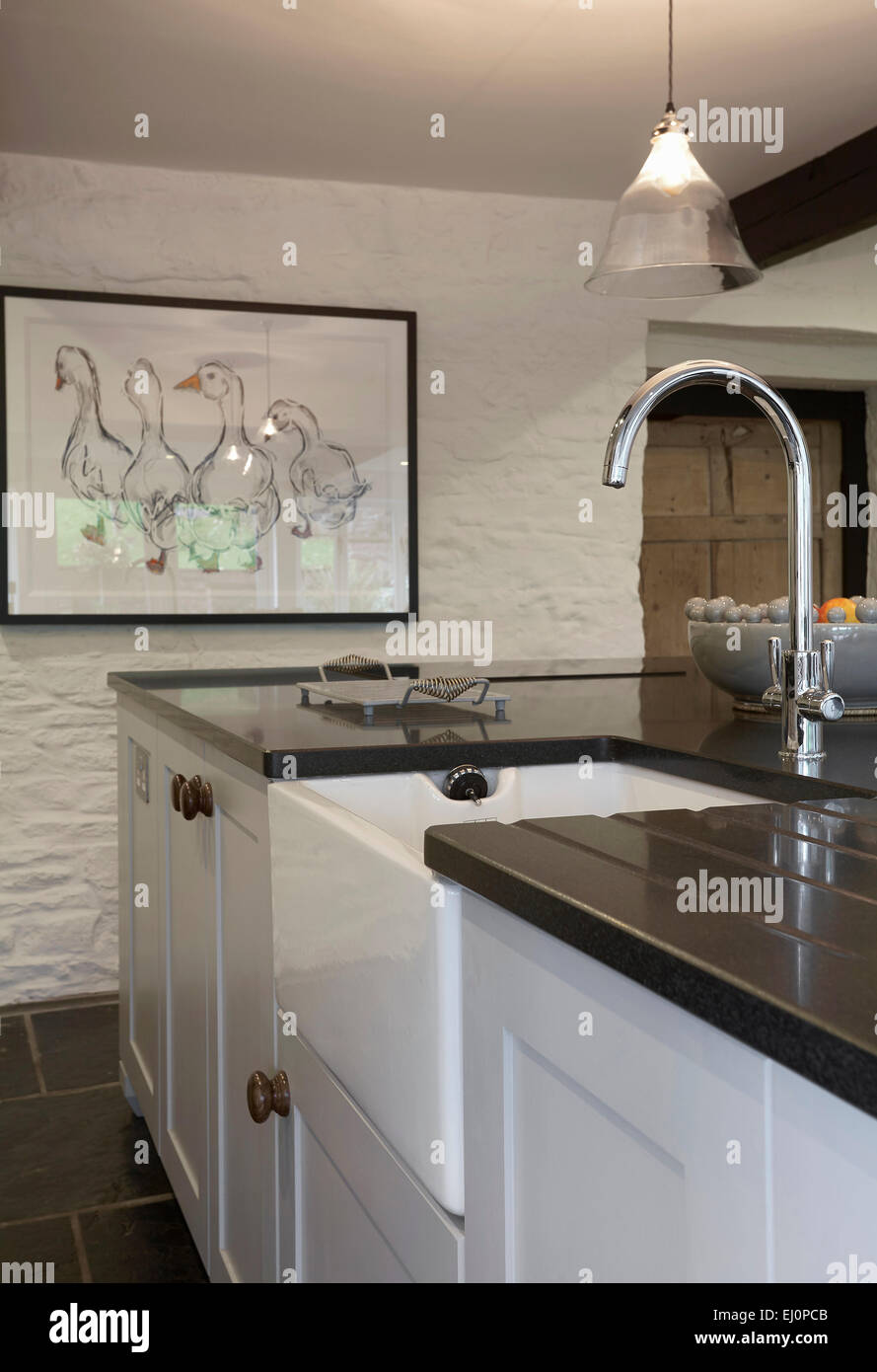 Eine weiße Landhausküche in einem Bauernhaus im Vereinigten ...