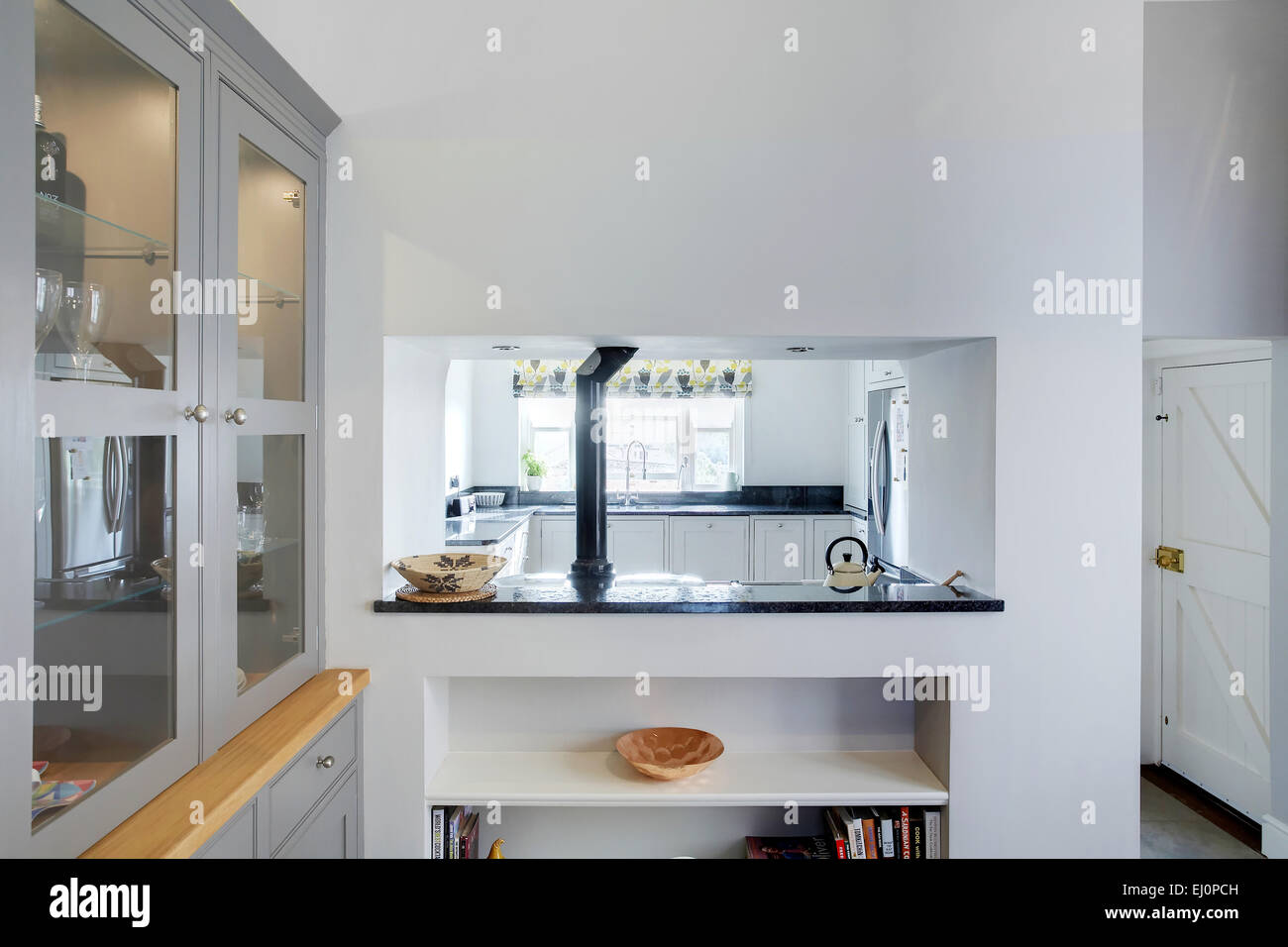Eine Durchreiche in eine moderne Küche in einem Haus im ...