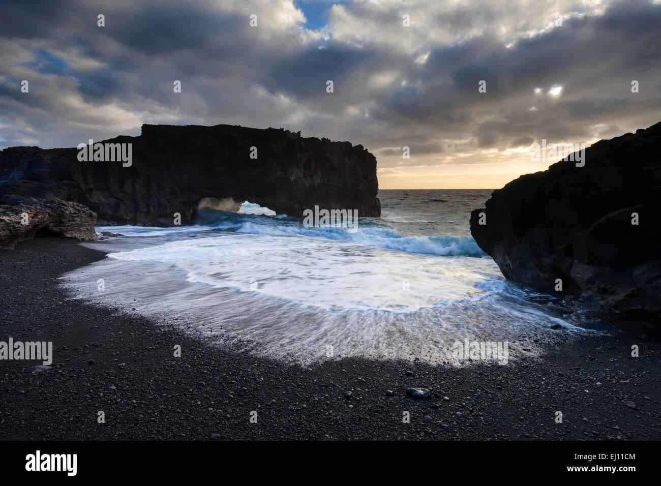 Playa de Las Cabras, Spanien, Europa, Kanarische Inseln, La Palma, Meer, Küste, Felsen, Klippe, Bogen, Morgenlicht Stockbild