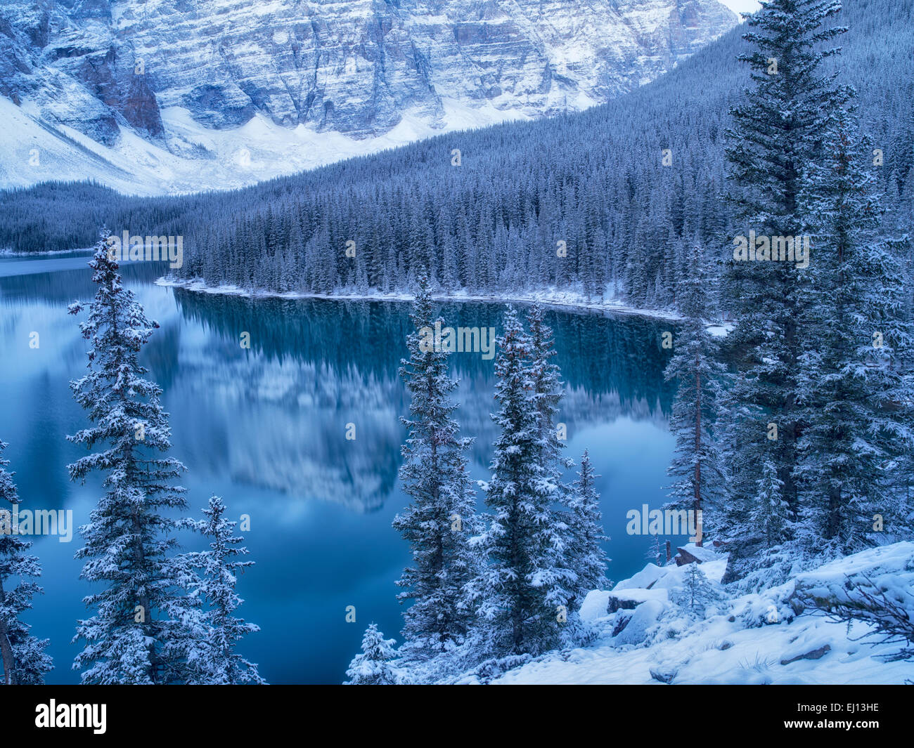 Erster Schnee der Saison auf Moraine Lake. Banff Nationalpark, Alberta, Kanada Stockbild
