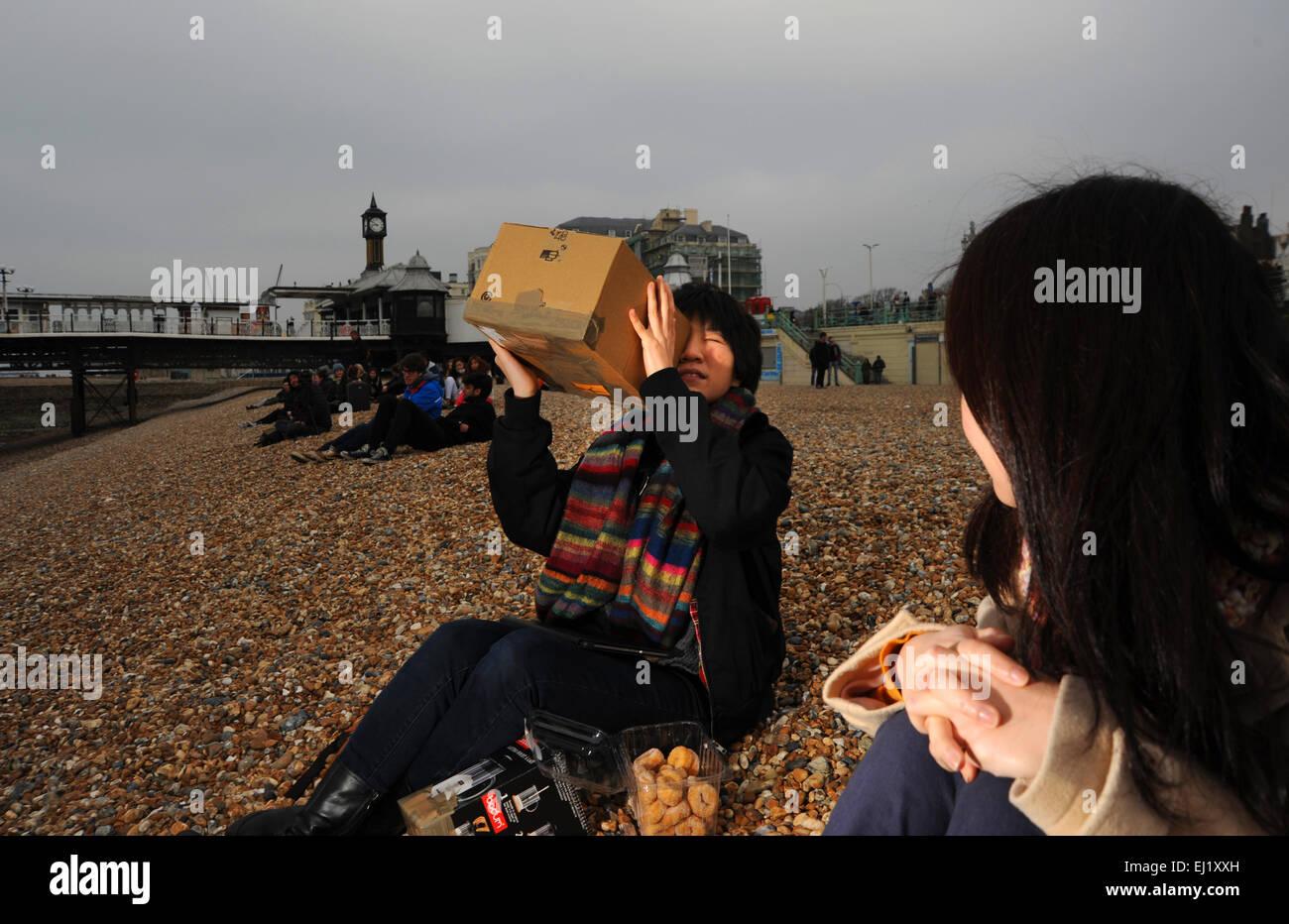 Brighton, Sussex UK Menschen 20. März 2015 - am Strand von Brighton Vormittag um die partielle Sonnenfinsternis Stockbild