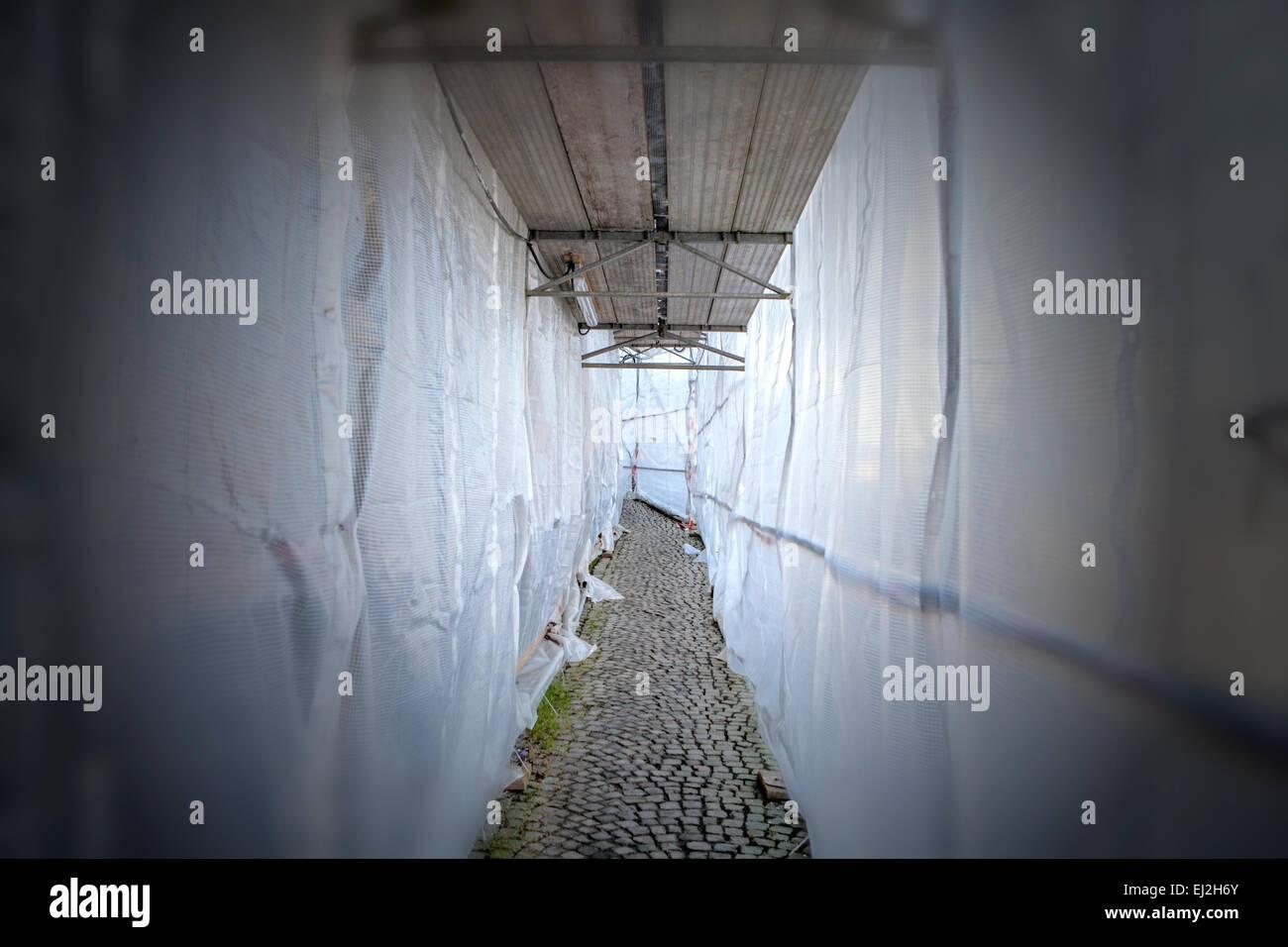 Fußweg durch ein Gerüst mit Plane Stockbild