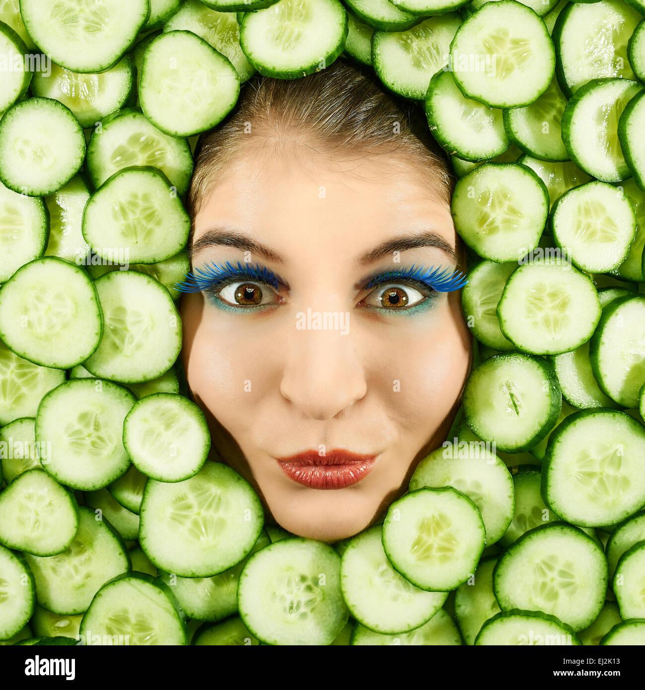 Schöne Frau Ausdruck Gesicht mit Gurke Stück Rahmen Stockfoto, Bild ...