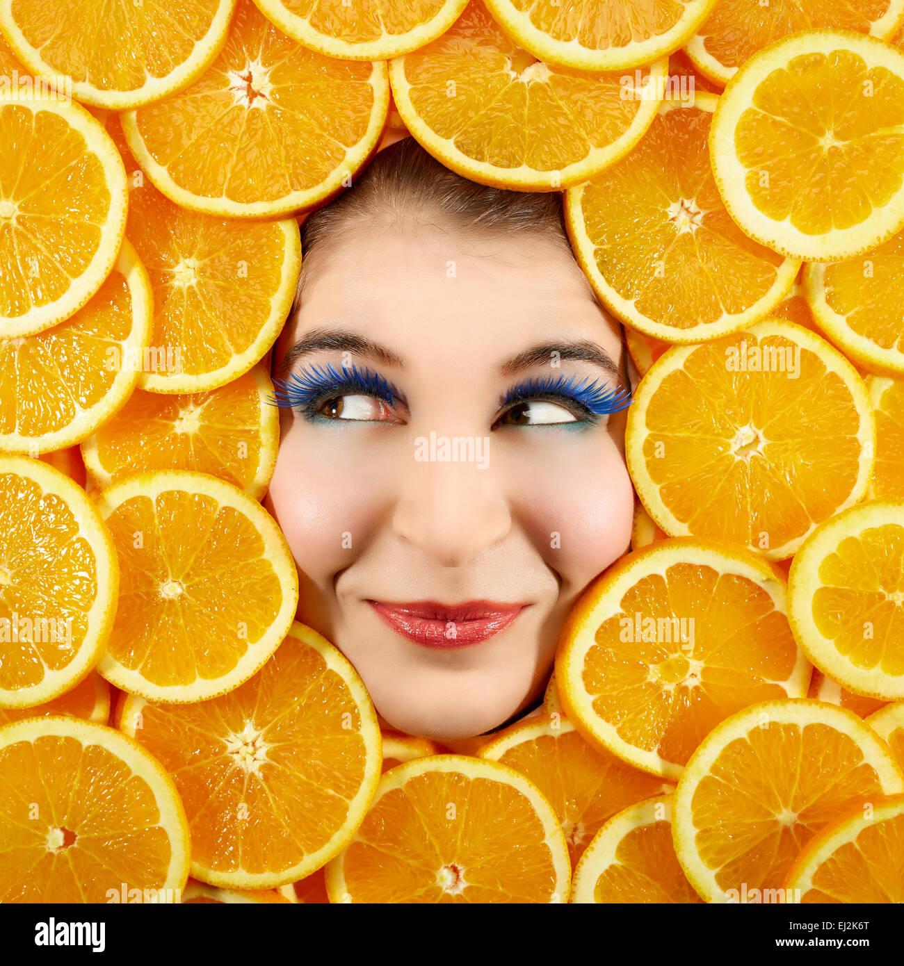 Schöne Frau Ausdruck Gesicht mit Orangenscheibe Rahmen Stockfoto ...