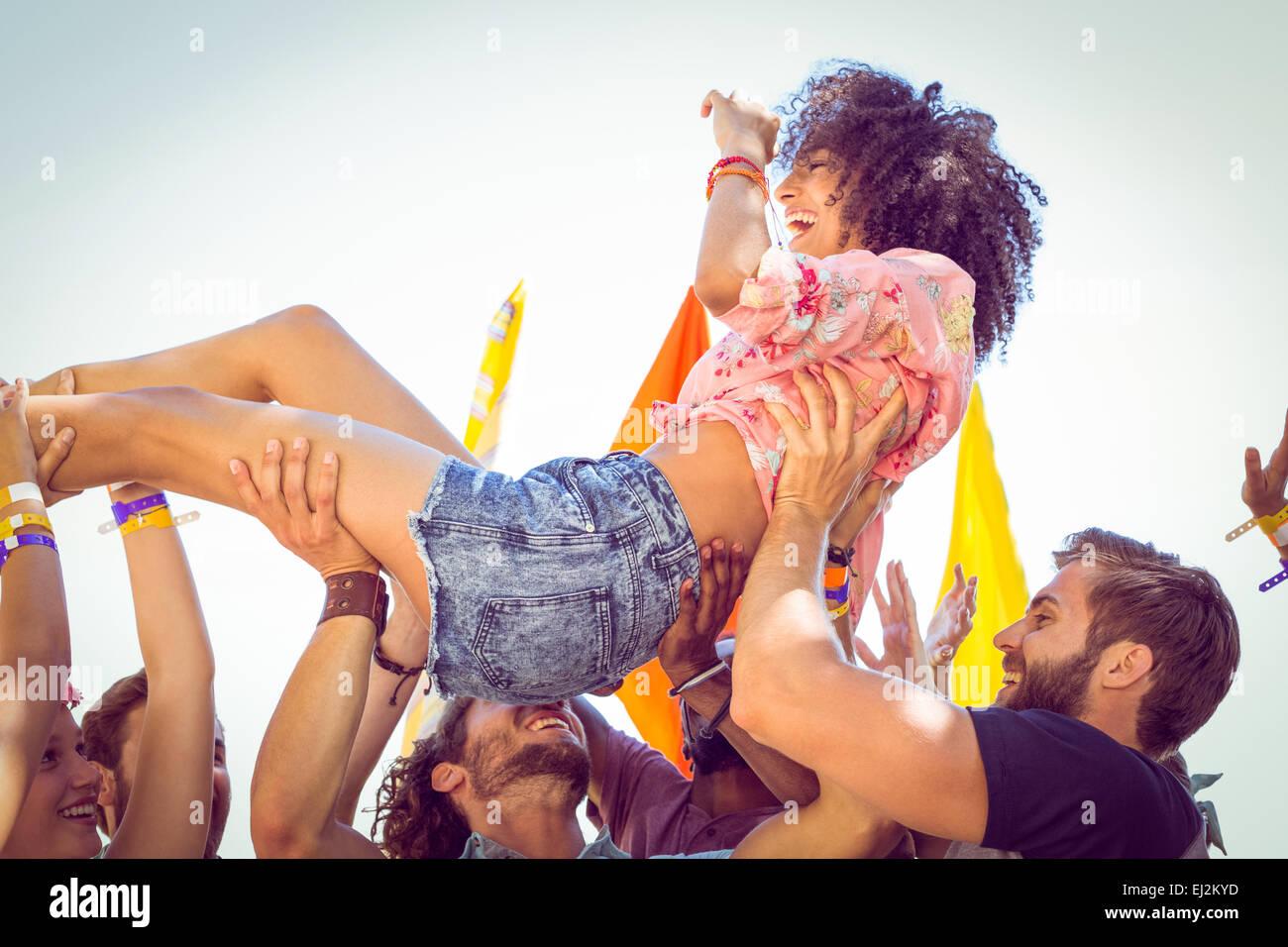 Glücklich Hipster Frau Crowdsurfing Stockbild