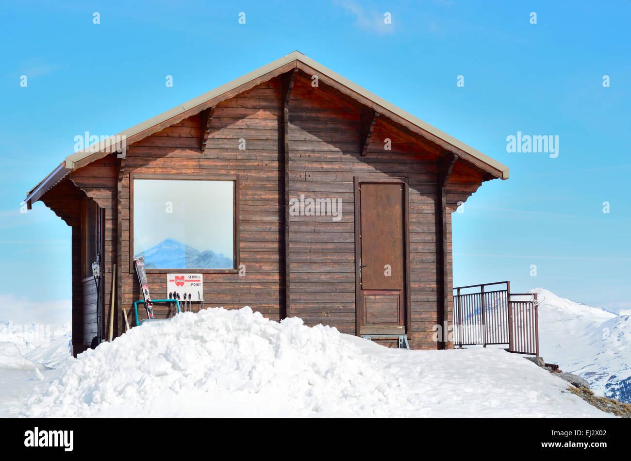 h lzerne schnee h tte am skihang stockfoto bild 79969570 alamy. Black Bedroom Furniture Sets. Home Design Ideas