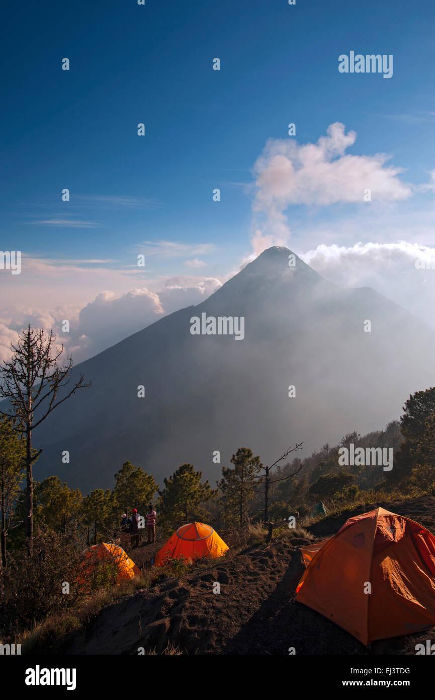 Volcan Fuego gesehen von Acatenango Vulkan, Guatemala Stockbild