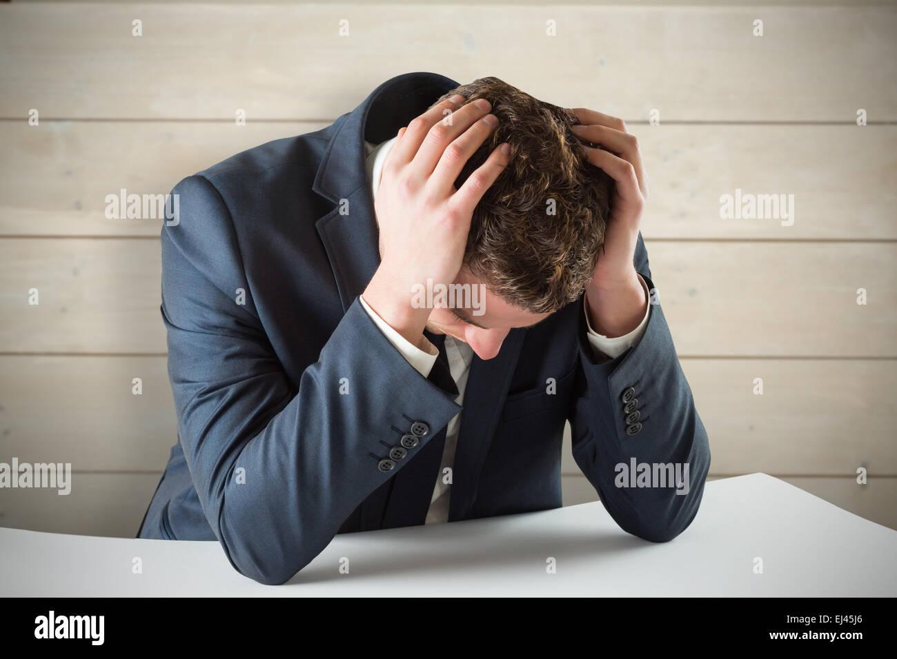 Zusammengesetztes Bild der Geschäftsmann mit Kopf in Händen Stockbild