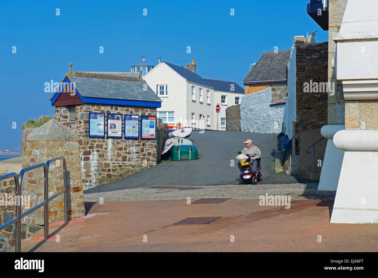 Senior woman auf Mobilität Roller, Appledore, Devon, England UK Stockbild