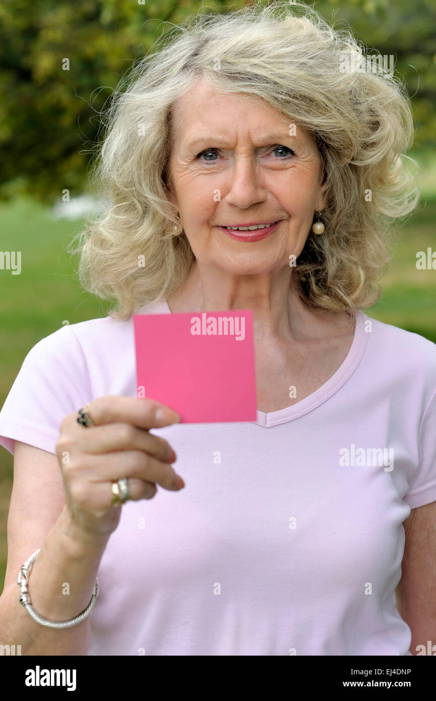 Ältere Frau mit einer leeren Karte Stockbild