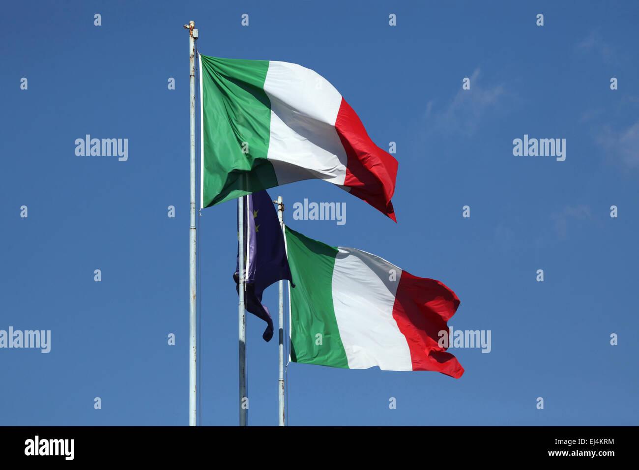 Nationalflagge von Italien und die Fahne der Europäischen Union in Rom, Italien. Stockbild