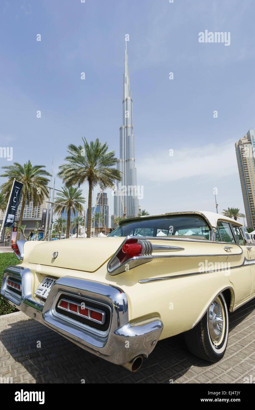 Oldtimer auf dem Display auf dem Emirates Classic Car Festival März 2015 in Downtown District von Dubai Vereinigte Stockbild