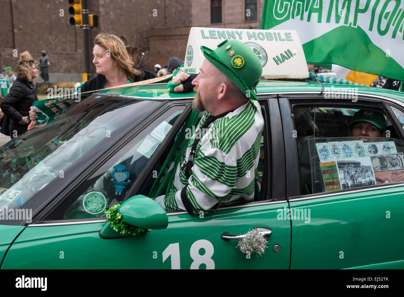 Ein Mann in Grün Hut in der Green Car, St Patrick's Day Parade, Philadelphia, USA Stockbild