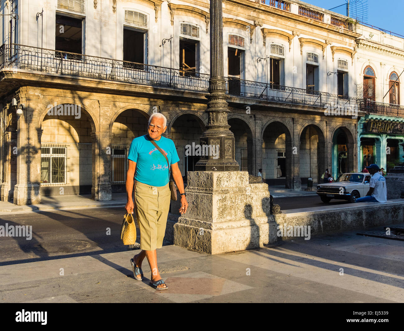Eine männliche Senioren mit grauen Haaren geht in das Licht des frühen Morgens in Havanna. Stockbild