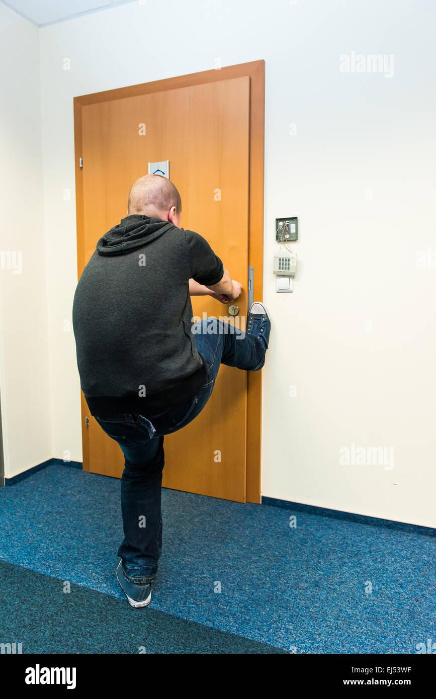 weißer Mann öffnet die Tür-Kraft Stockbild