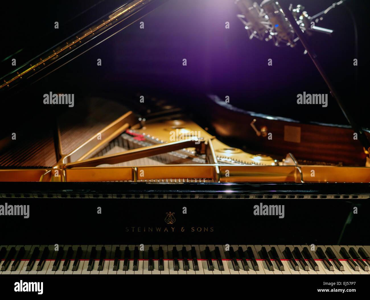 Steinway Grand D (Hamburg) Konzertflügel während der Aufnahme-Session. Zwei Neumann d-01 digitale Mikrofone. Stockfoto