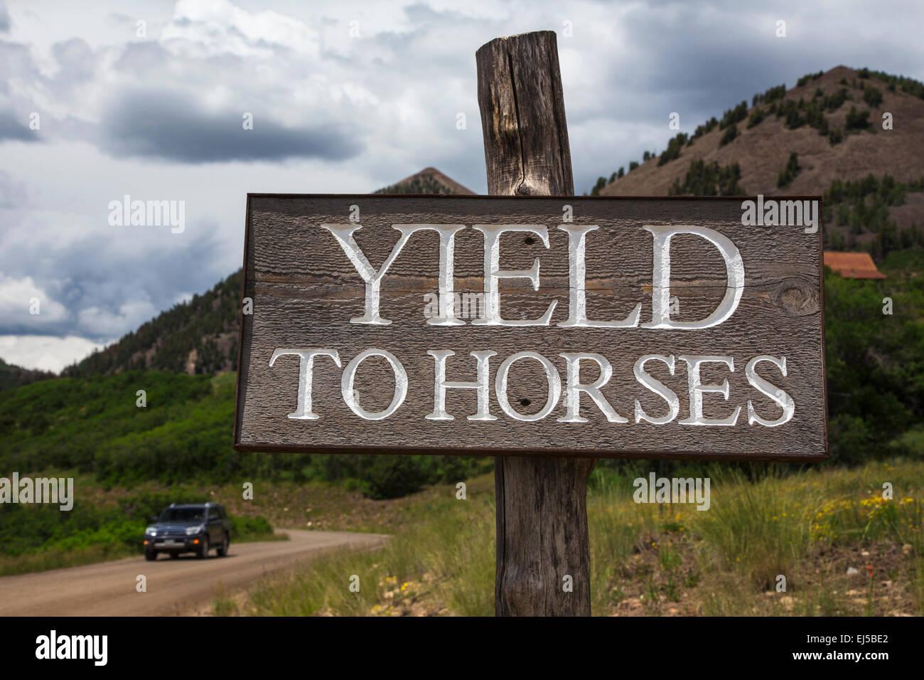 Straßenschild mit der Aufschrift Yield Pferde, Colorado, USA Stockbild