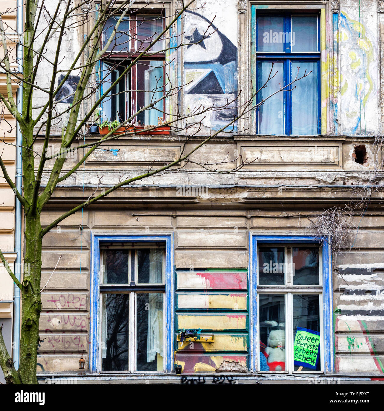 Kastanienallee 86, KA-86, alte hocken Exterieur, Fassade, Fenster und Graffiti, Mitte, Berlin Stockbild