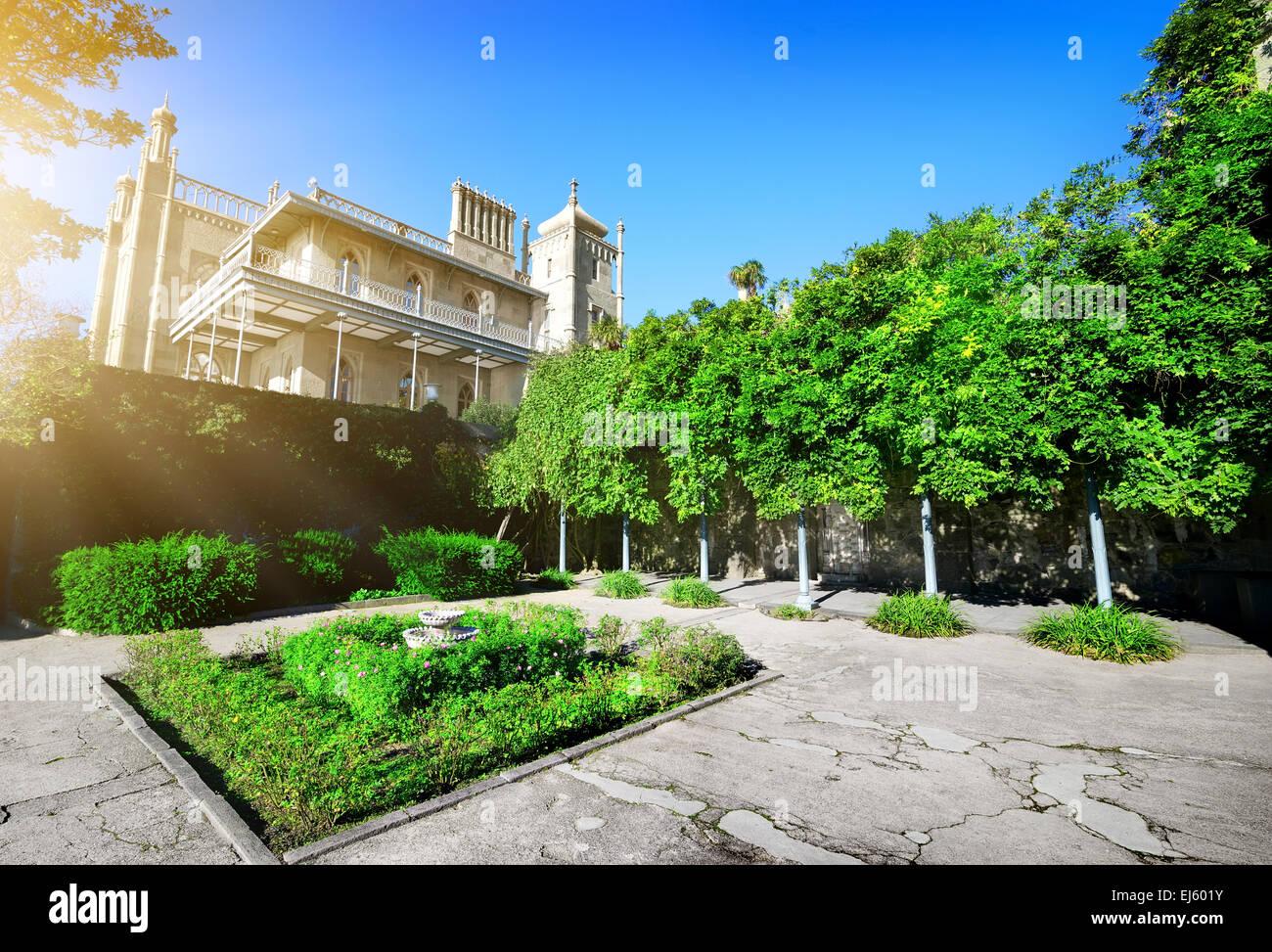 Grüne Blumenbeet in Woronzow Residence am sonnigen Tag Stockbild