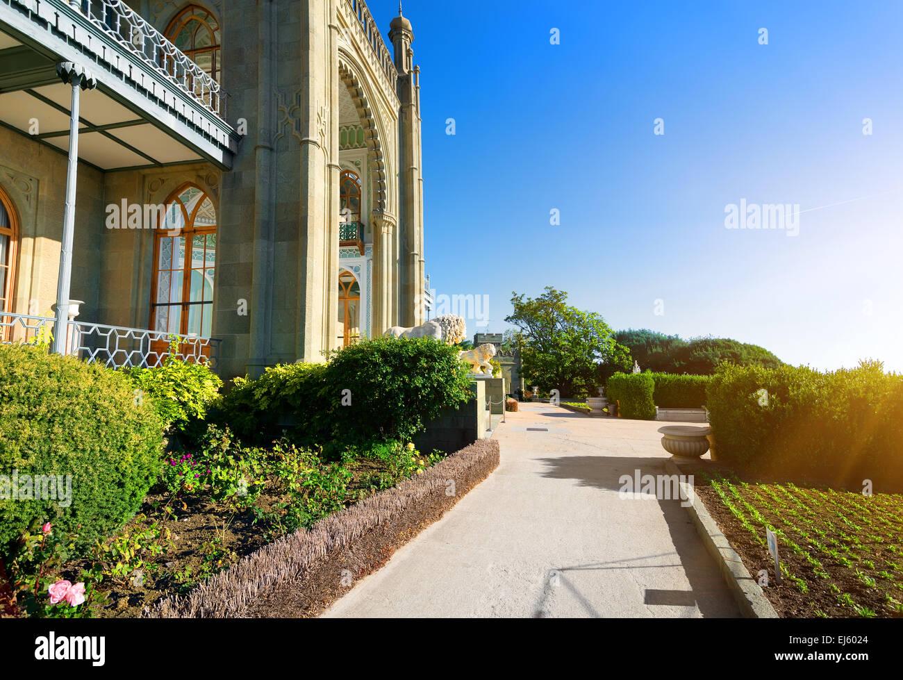 Schöner Park in Woronzows-Palast im Frühjahr Stockbild