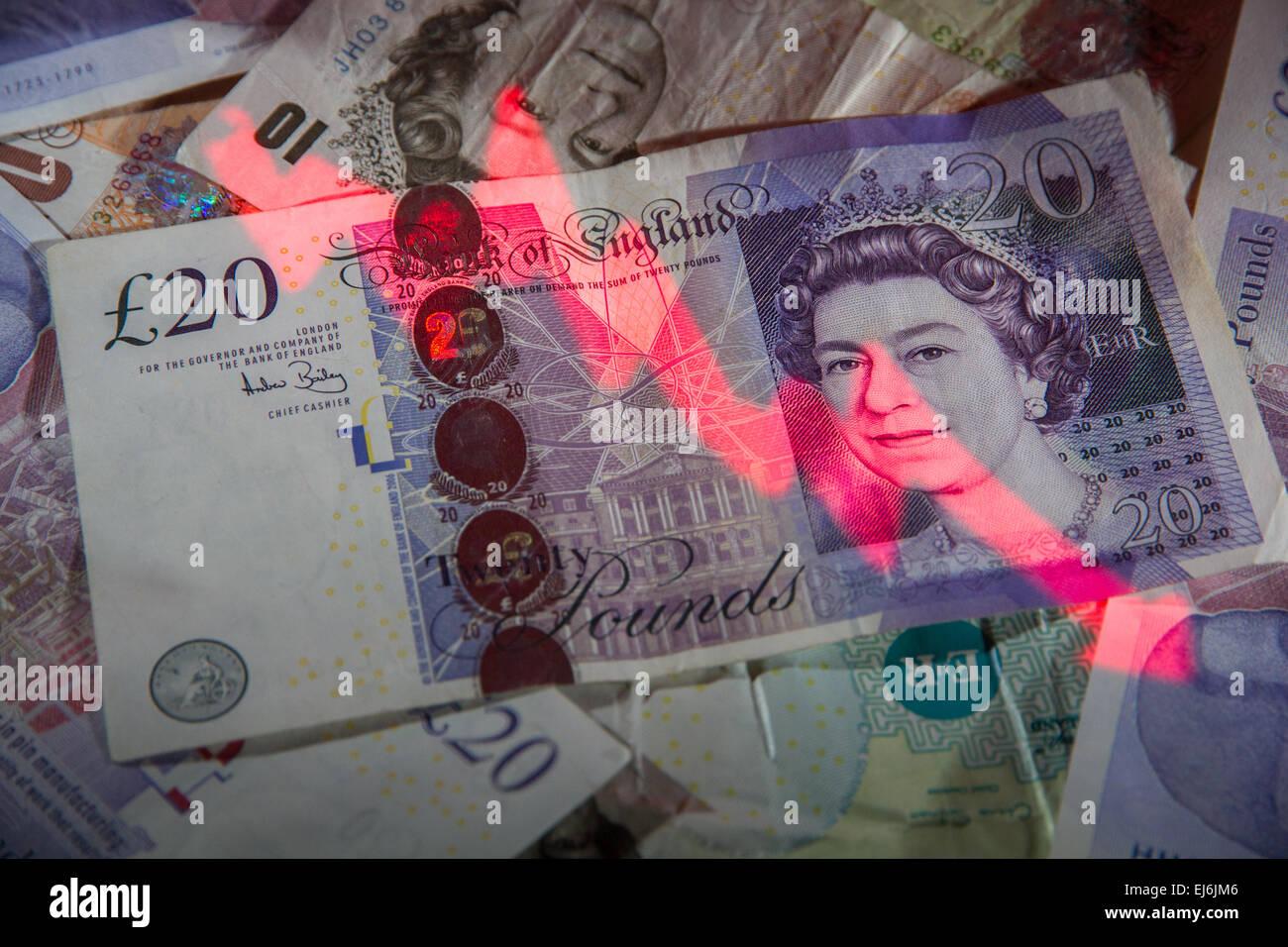 """Eine Negative """"Stock Market Graph"""" auf einen Haufen von britische Banknoten projiziert. Stockbild"""