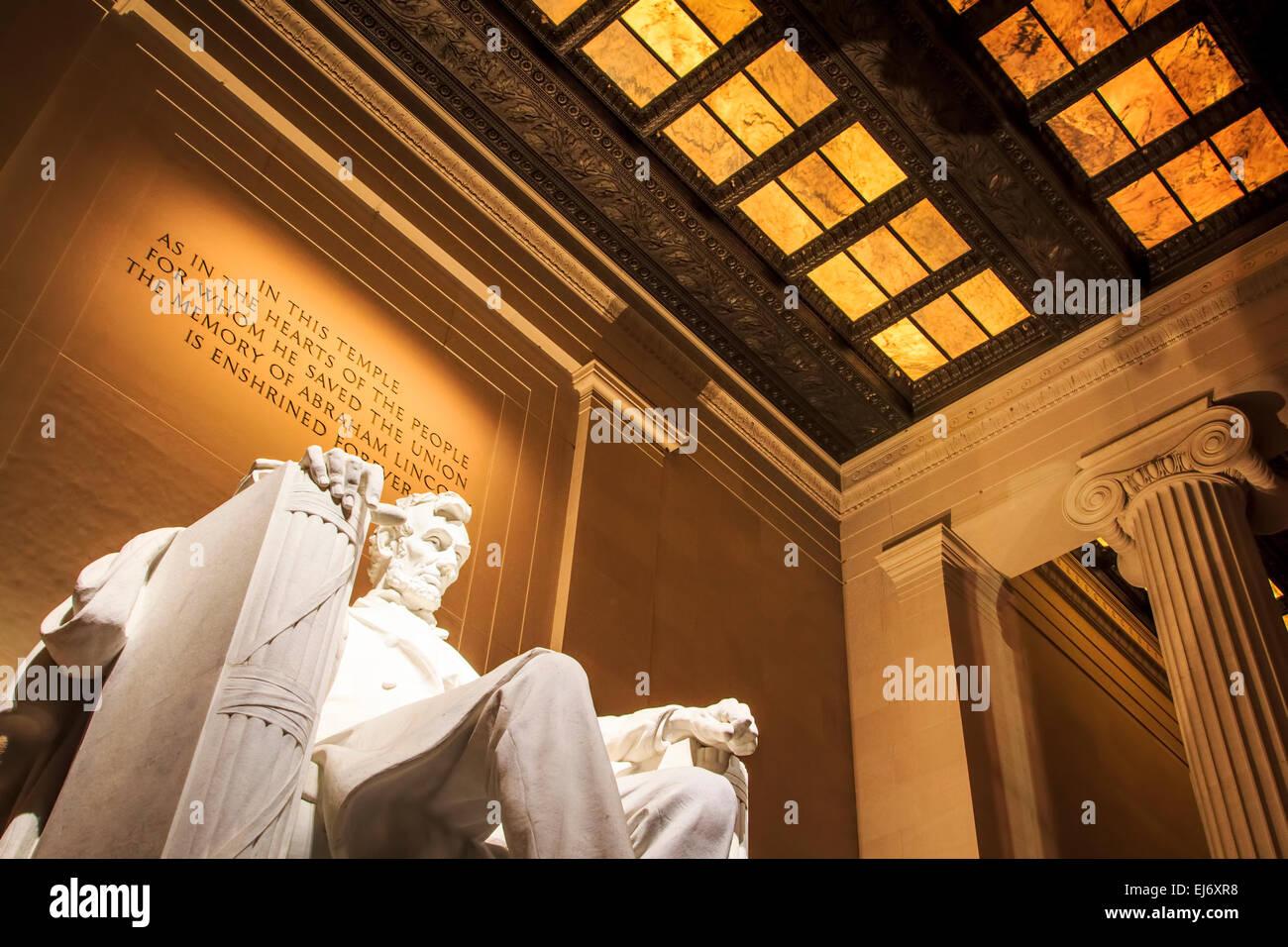 Das leistungsstarke Lincoln Memorial in der National Mall von Washington, D.C. gesehen bei Nacht mit der Wand Gravur Stockbild