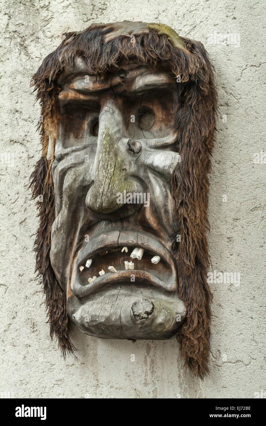 Holzmaske die an einer wand h ngen geschnitzt alpen - Bilder an die wand hangen ...
