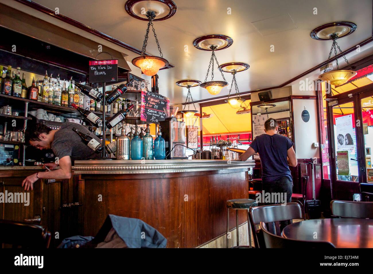 Die Gemutliche Einrichtung Von Einem Jugendstil Cafe Auf Rue Lamarck