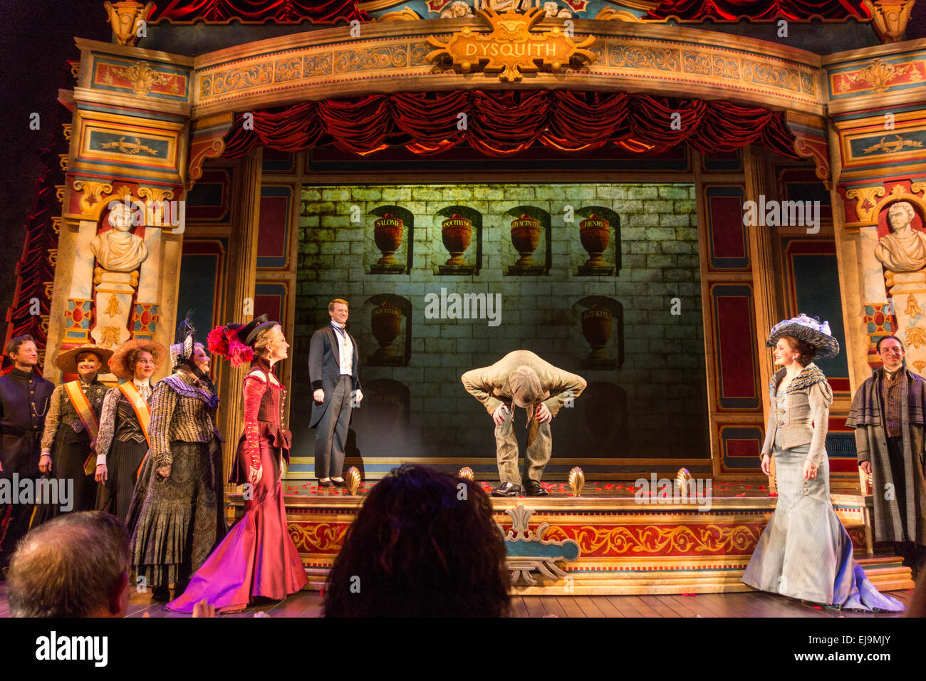 Vorhang, A Gentleman es Guide to Love & Mord, Walter Kerr Theater, Broadway, New York, USA Stockbild