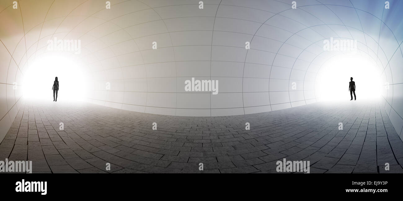 Ein paar stehen an beiden Enden eines Tunnels Stockbild