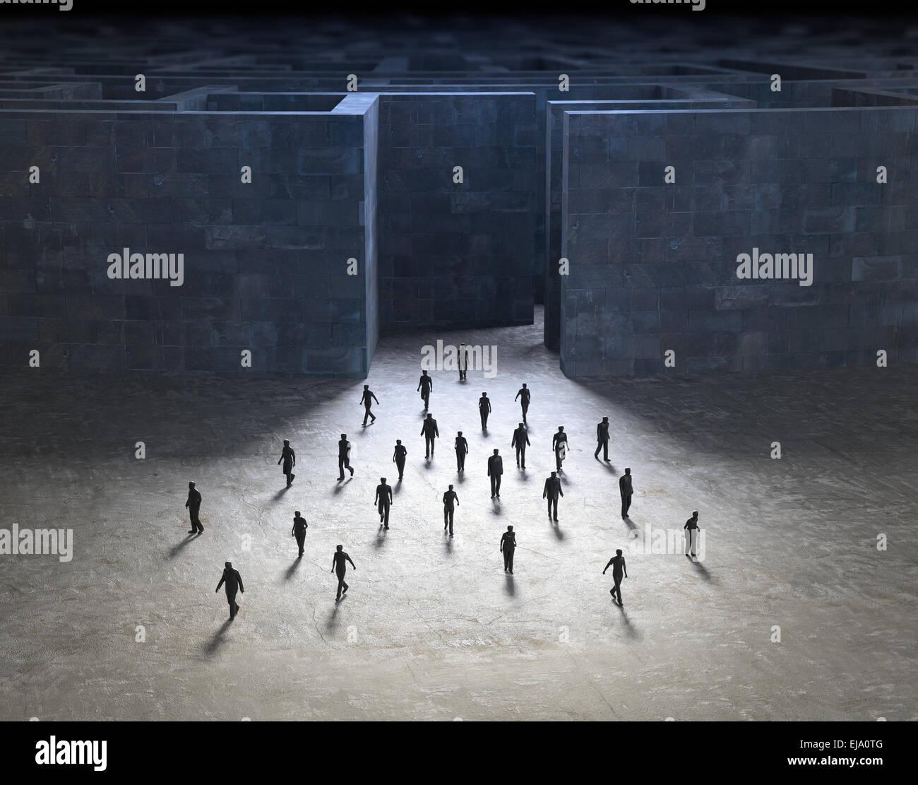 Kleine Menschen, die zu Fuß aus einem geheimnisvollen Labyrinth Stockbild