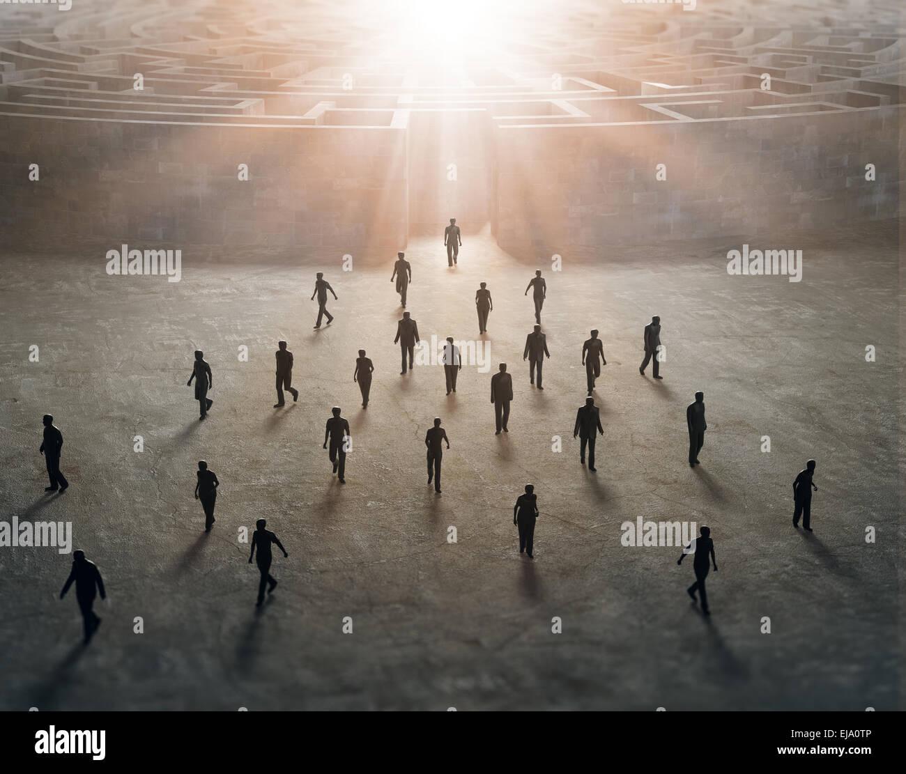Kleine Menschen, die zu Fuß aus einem geheimnisvollen Labyrinth Stockfoto