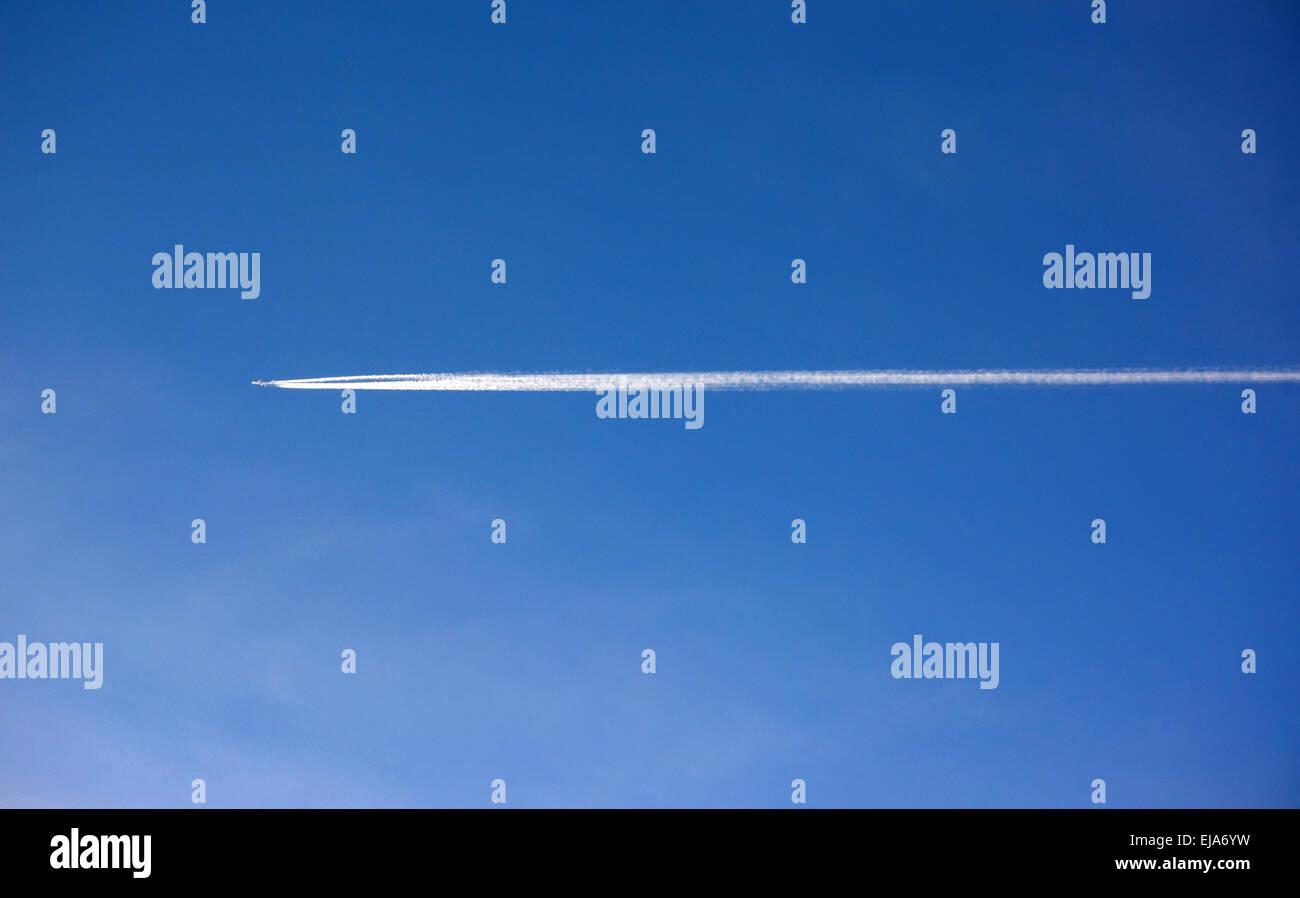 Flugzeug-Kondensation-trail Stockbild