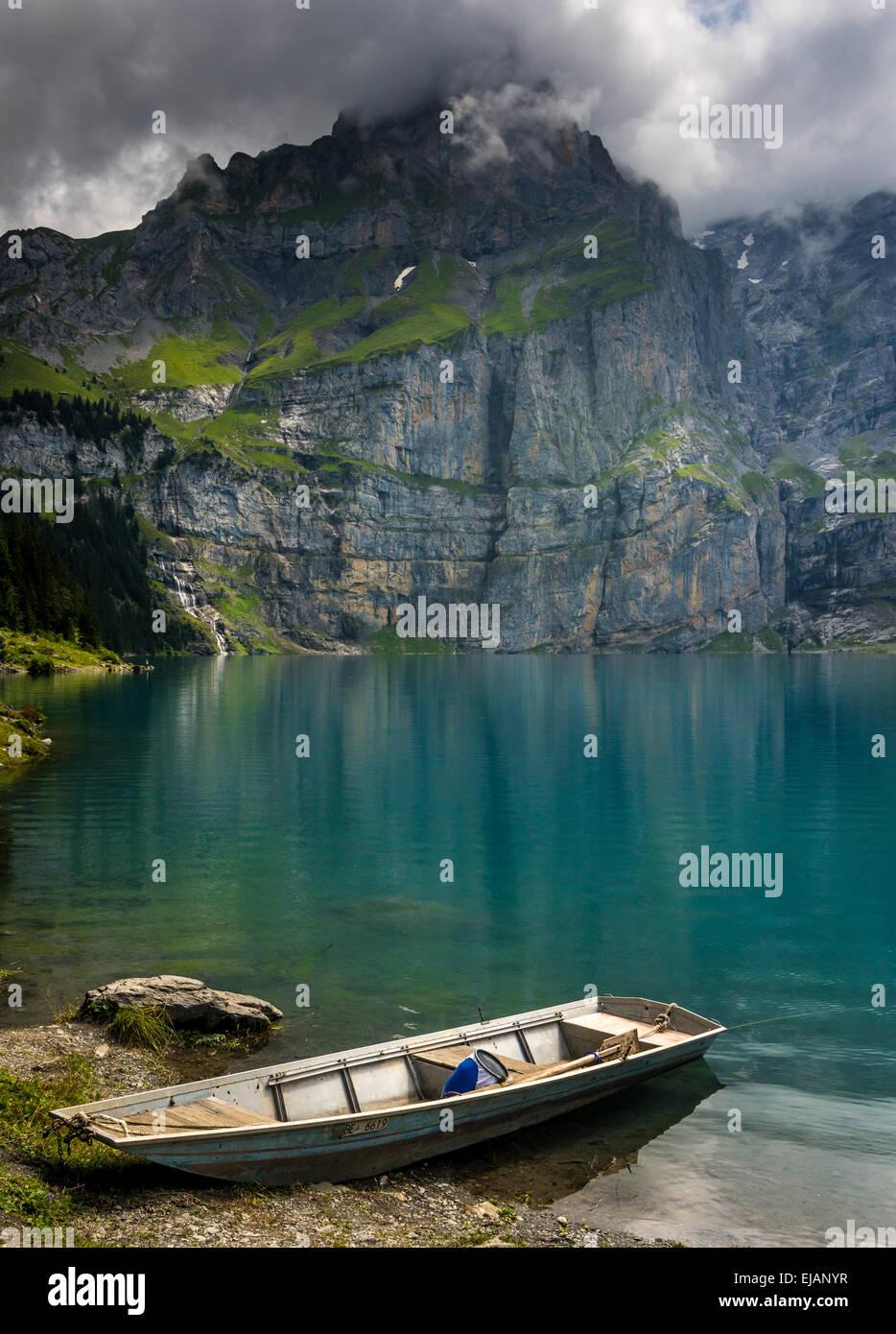 Boot auf dem Oeschinensee - Schweizer Alpen Stockbild