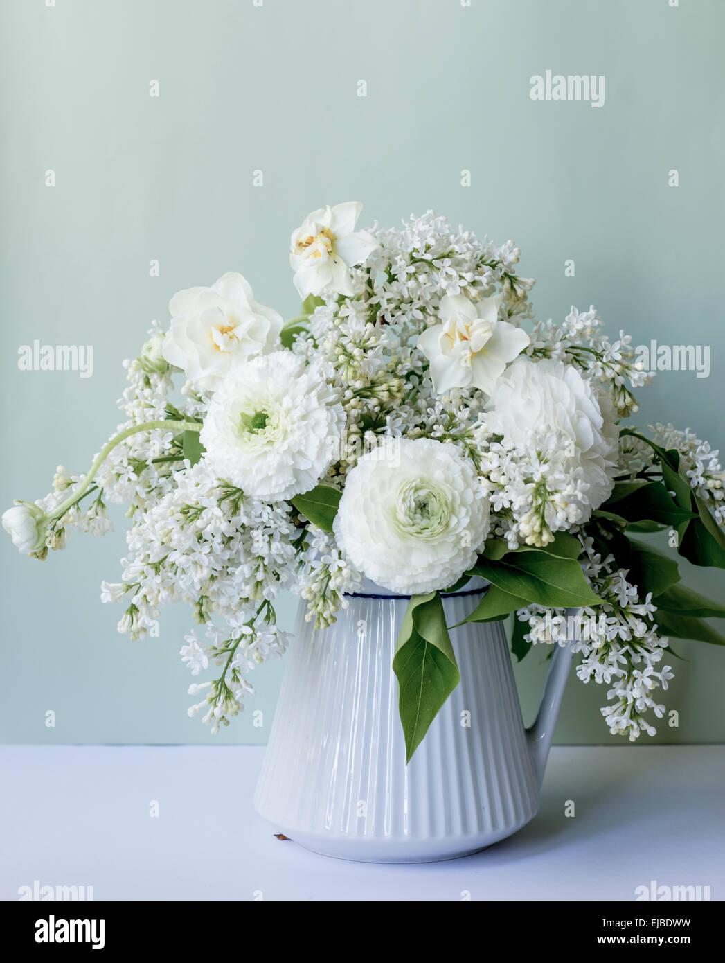 Fr hling blumen arrangement mit wei en ranunkeln und lila for Glasvase bepflanzen