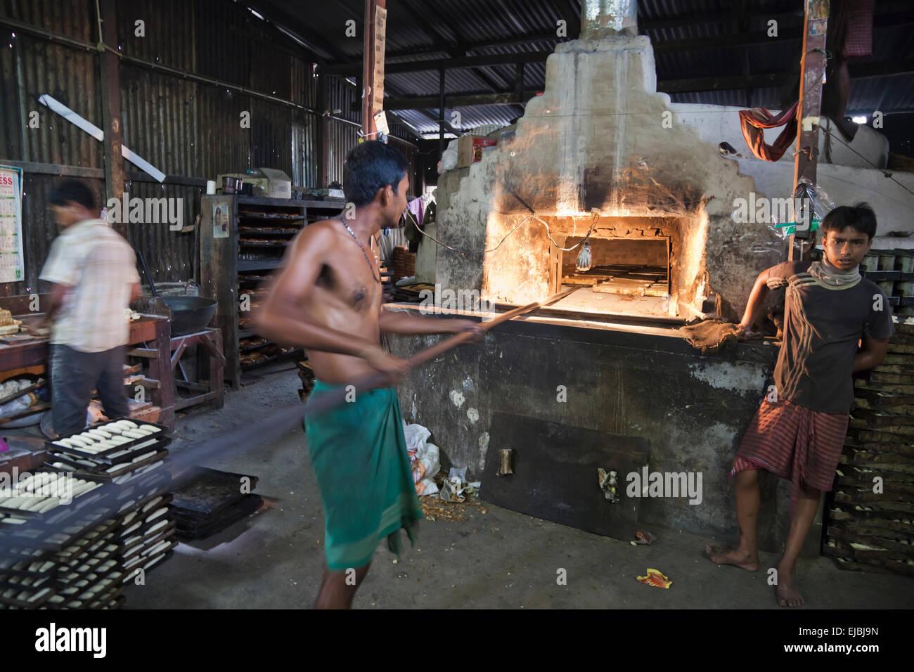 Indische Bäcker Tendenziell Einen Ofen Bei Bäckerei In Cooch Behar,  West Bengalen. Stockbild