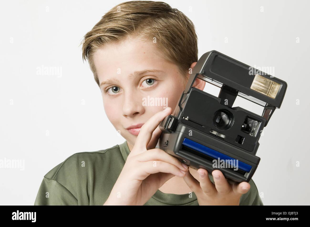 Junge mit Kamera auf weiß Stockfoto