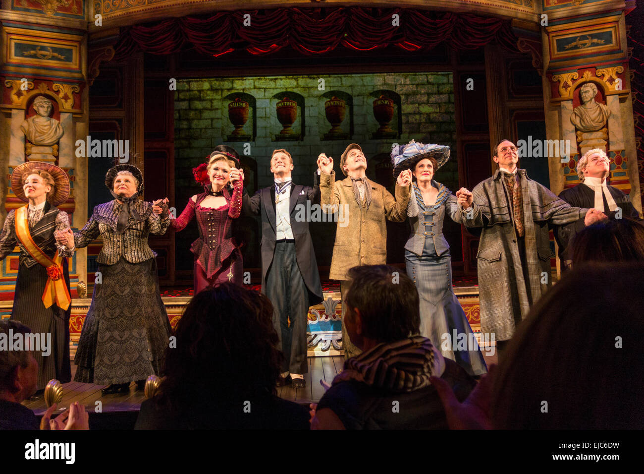 Vorhang, gegossen von A Gentleman es Guide to Love & Mord, Walter Kerr Theater, Broadway, New York, USA Stockbild