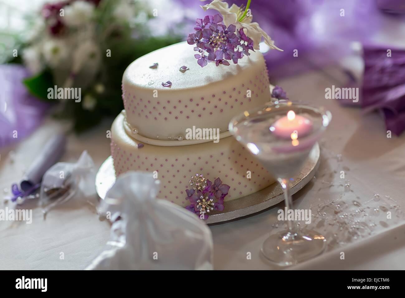 Bezaubernd Hochzeitstorte Lila Dekoration Von Traditionelle Mit Blüten