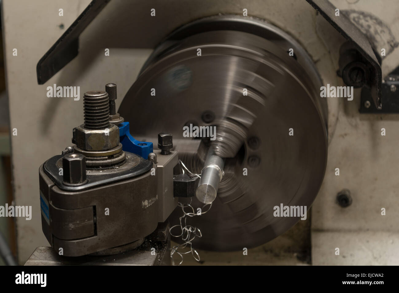 Metallbearbeitung mit Drehbank Stockbild