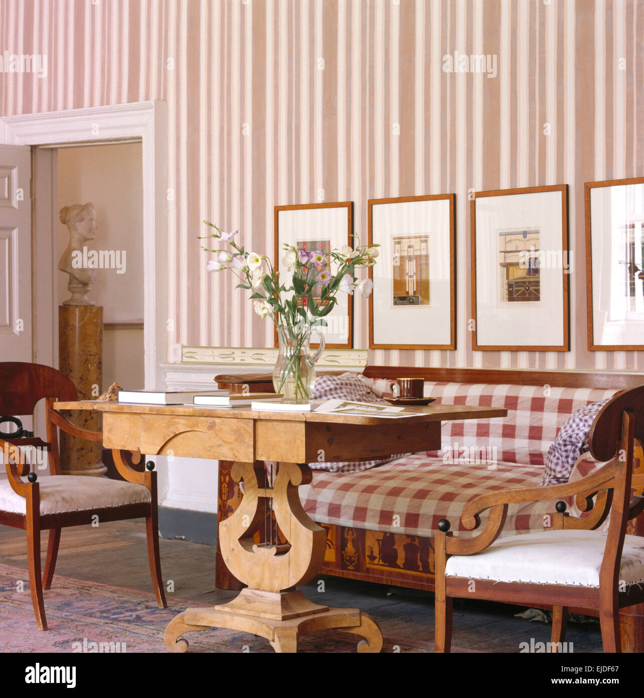 Striped wallpaper room stockfotos striped wallpaper room - Biedermeier wohnzimmer ...