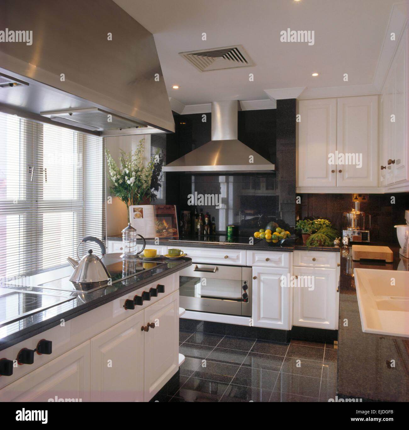 edelstahl dunstabzugshaube ber granit gekr nt insel einheit im stadthaus k che mit schiefer. Black Bedroom Furniture Sets. Home Design Ideas