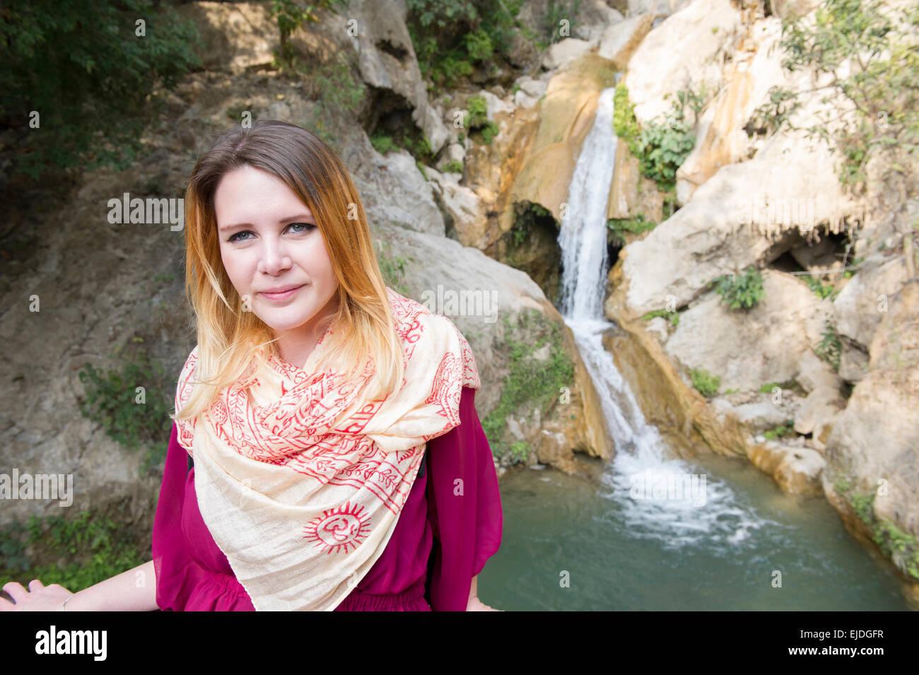 Eine weibliche Touristen bei Neer Garh Wasserfall vor den Toren Rishikesh, Uttarakhand, Indien Stockbild
