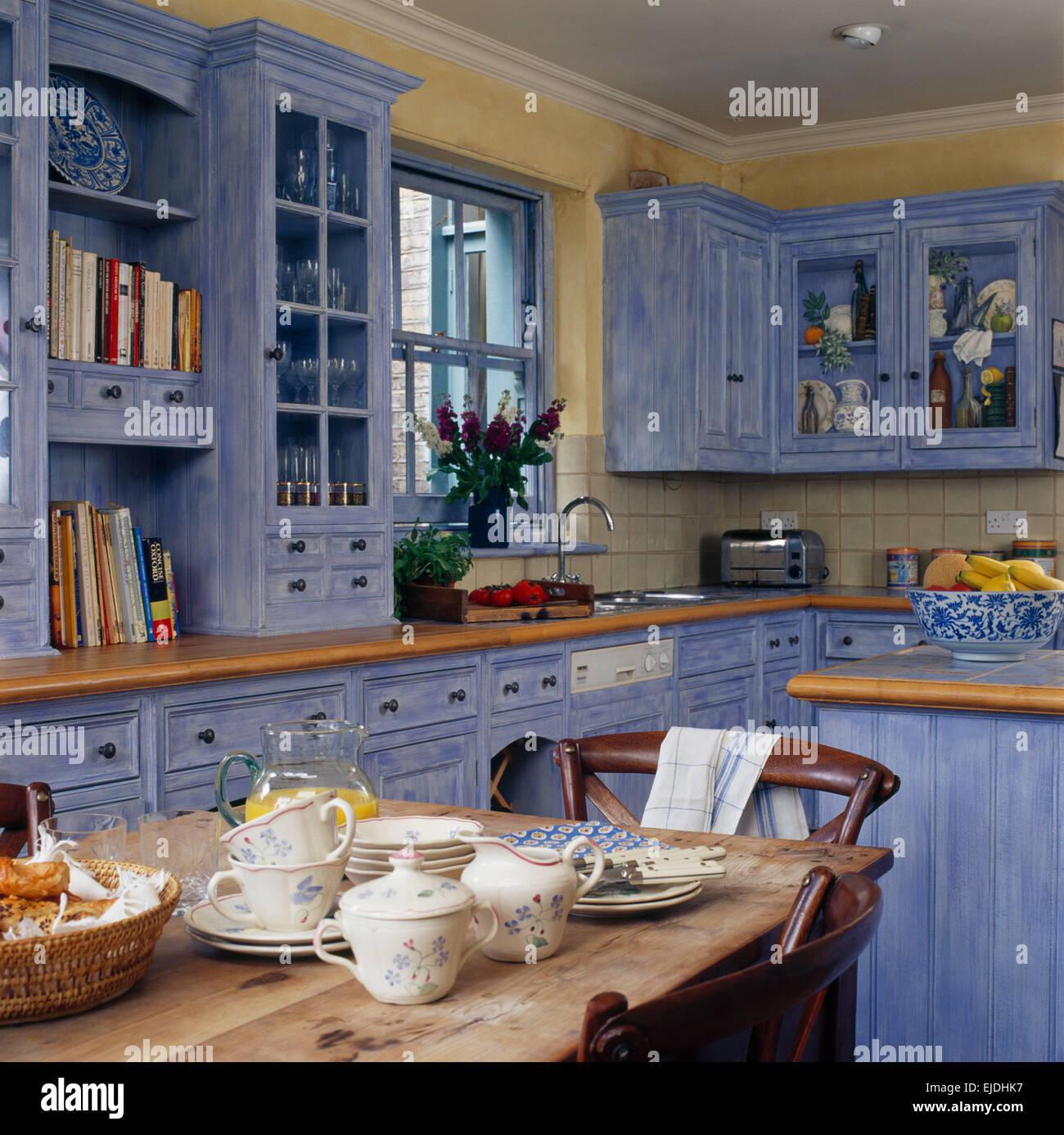 Ziemlich Blau Küchenwände Mit Sahne Schränke Galerie - Küchen Design ...