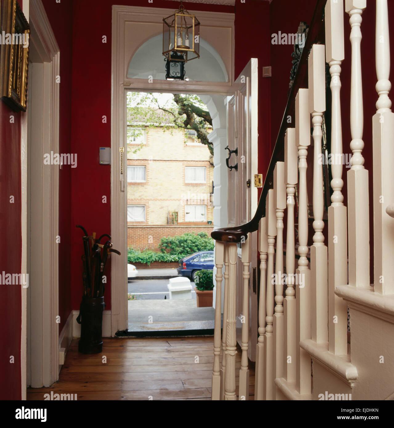 Offene haustür  Creme lackiert Geländer Treppenhaus in rot Stadthaus Halle mit ...