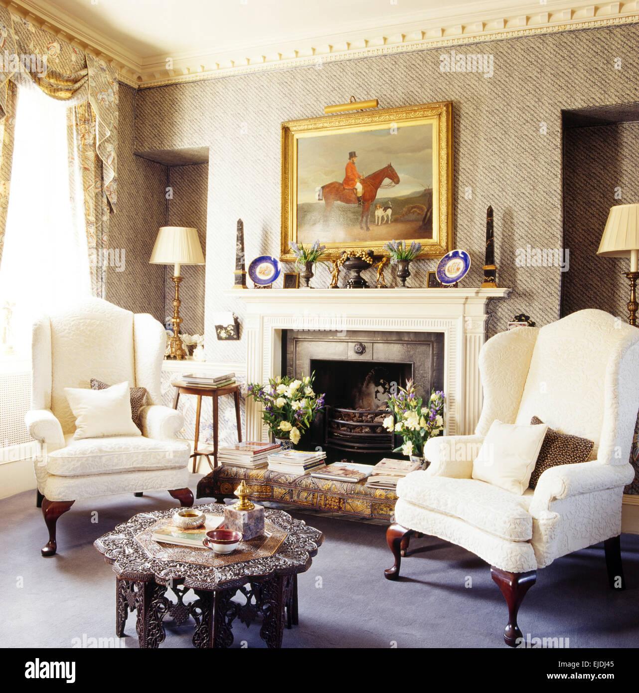 Weiße Flügel Stühle Und Marokkanischen Stil Couchtisch Im Wohnzimmer Mit  Grauen Tapeten Und Jagd Gemälde