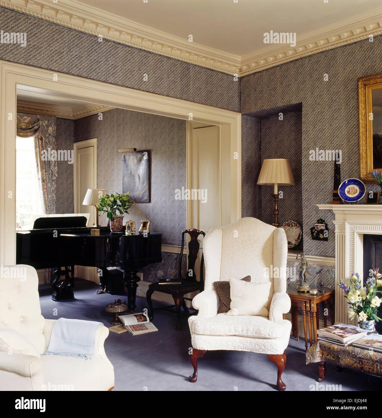 Creme-Flügel-Stühle im Stadthaus Wohnzimmer mit grauen ...
