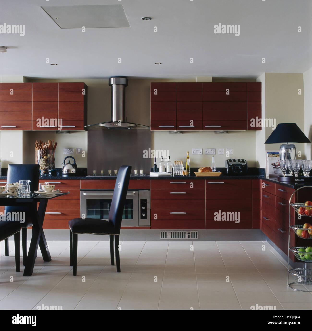 Weiße Keramik Fliesenboden in moderne Küche mit dunklen braunen Holz ...
