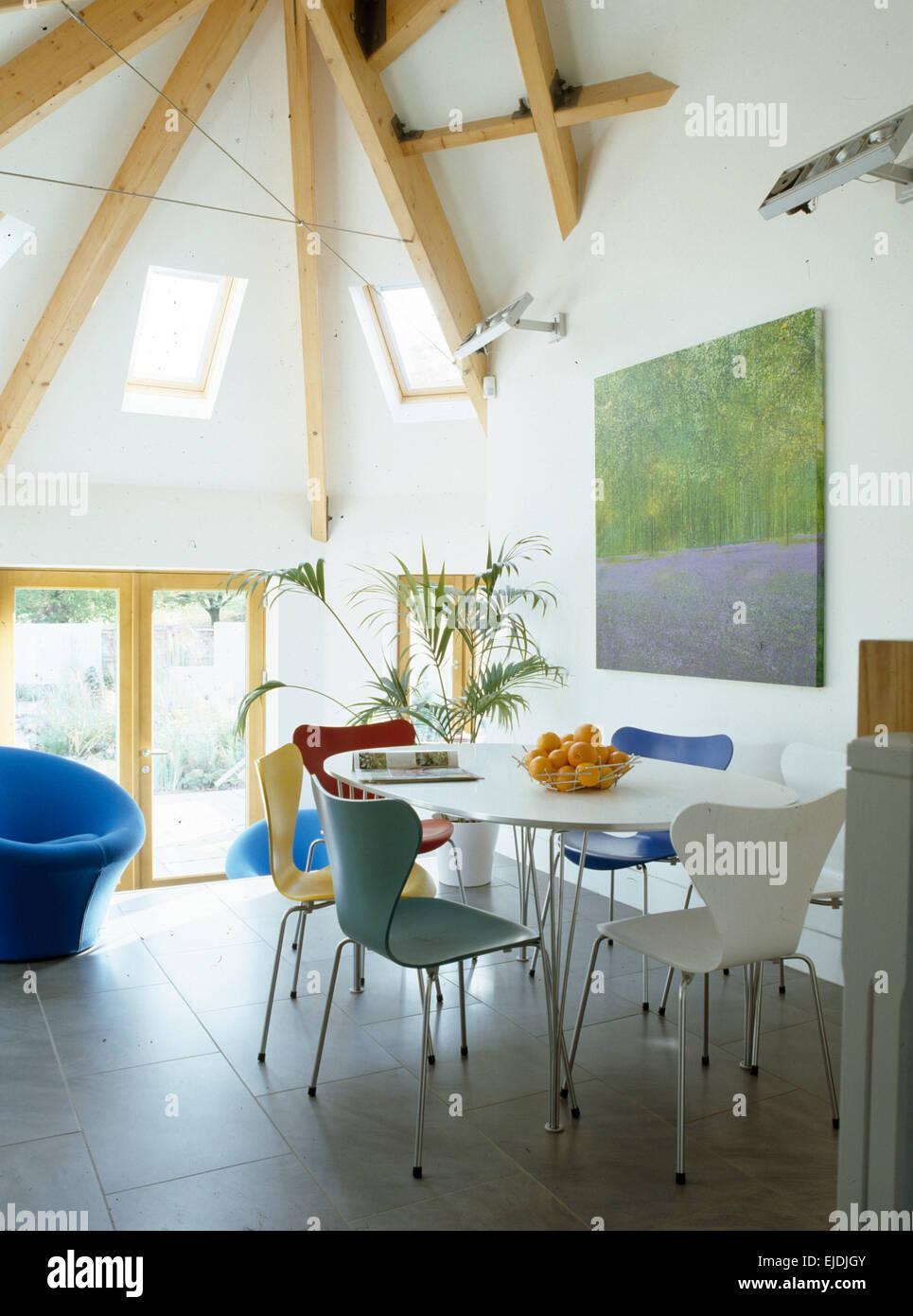 Arne Jacobsen Stil Stühle und weiße Rundtisch in moderne, hohe ...