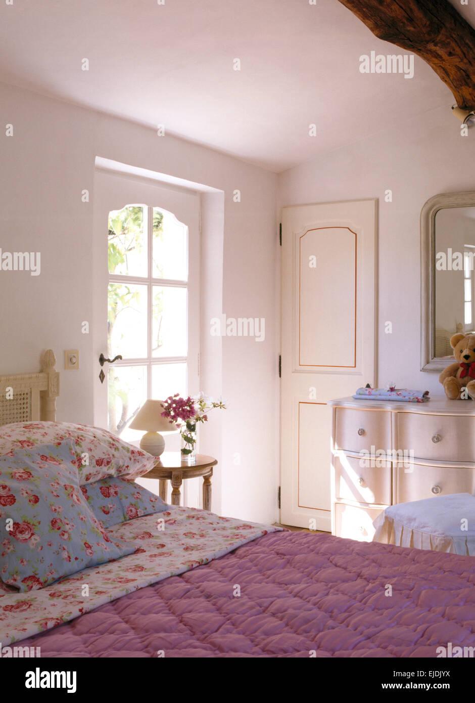 Rose Gemusterte Kissen Und Rosa Quilt In Französischer Landhaus Schlafzimmer